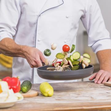 кухар готує їжу