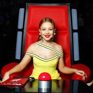 Тіна Кароль на Голосі країни-9 у жовтій спокусливій сукні