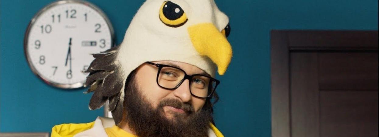 Дзідзьо в костюмі птаха у кліпі Вихідний