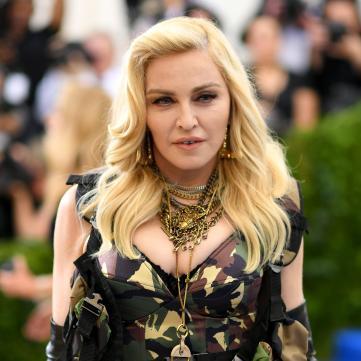 60-річна Мадонна показала фото у весільній сукні з 25-річним колумбійським красенем
