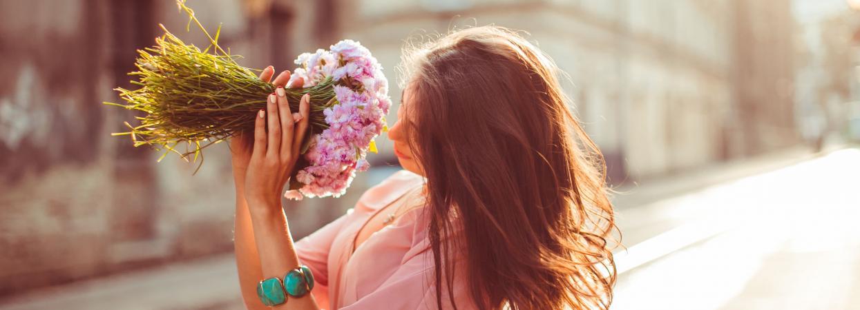 дівчина з квітами