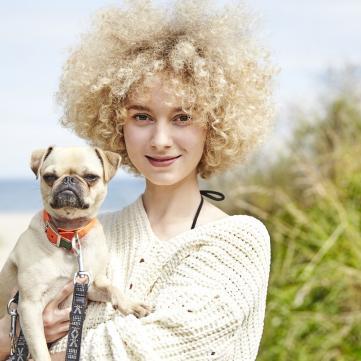 Дівчина з собакою