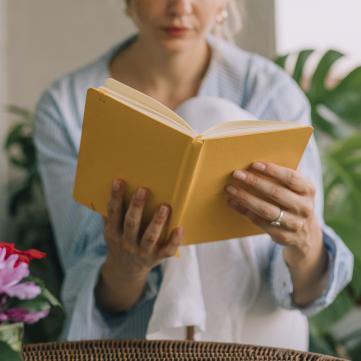 жінка з книгою