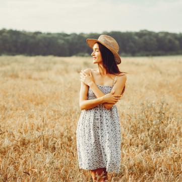 дівчина у літньому полі