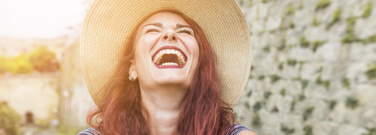 дівчина посміхається