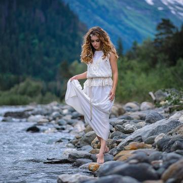 дівчина біля ріки