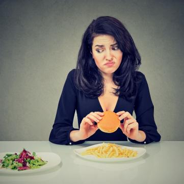 дівчина фаст фуд салат