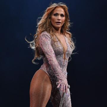 49-летняя Дженнифер Лопес похвасталась идеальными ягодицами в зажигательном танце