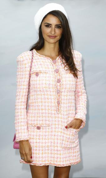Пенелопа Крус на показе Chanel в розлвом костюме