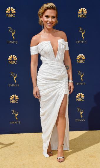 Скарлетт Йоганссон у білій сукні на Еммі Emmy Awards