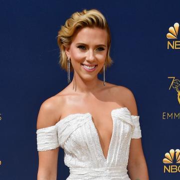 Скарлетт Йоханссон в белом платье на Эмми Emmy Awards