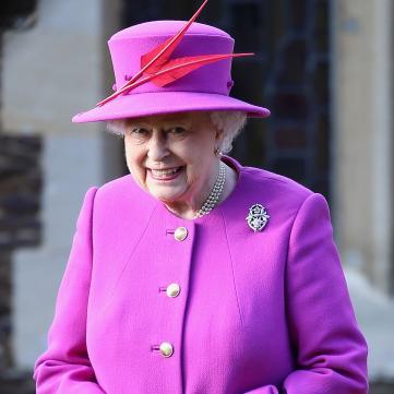 Королева Елизавета II в фиолетовом наряде на рождественской службе в 2014 году.