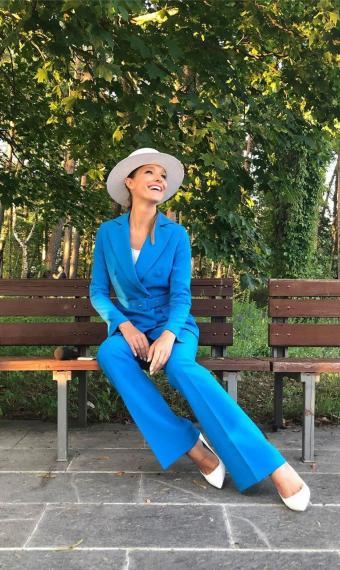 Катя Осадча у модному костюмі