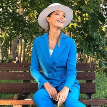 Катя Осадчая в модном костюме