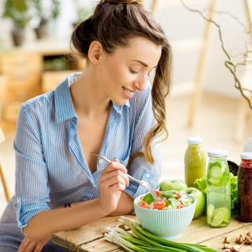 дівчина їсть овочевий салат
