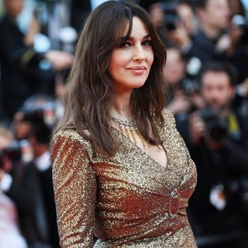 моніка беллуччі у золотистій сукні на червоній доріжці