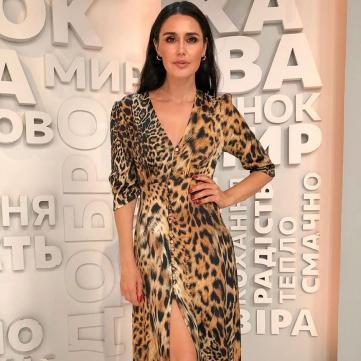 Людмила Барбир в платье с леопардовым принтом