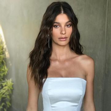 девушка Леонардо Ди Каприо Камилла Мороне в белом платье фото