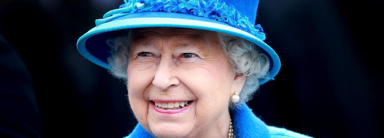 королева єлизавета у блакитному костюмі і капелюшку