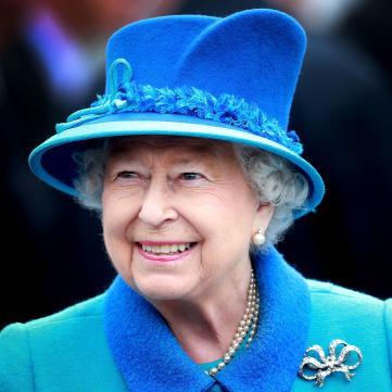 королева Елизавета в голубом костюме и шляпке