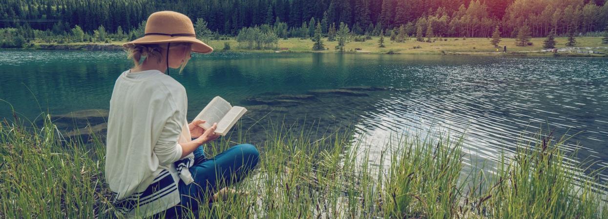 дівчина читає книжку на відпочинку