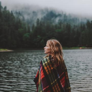 Дівчина біля озера