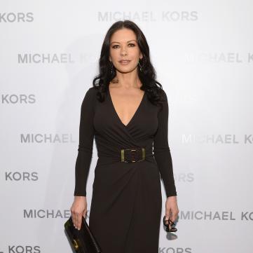 кетрін зета джонс у чорній сукні на червоній доріжці