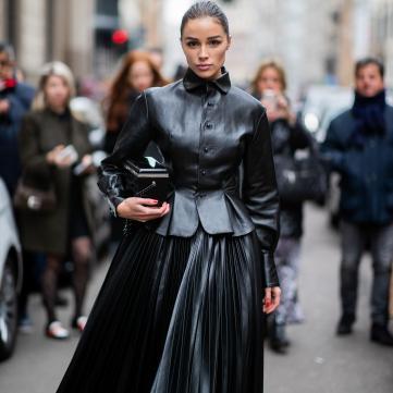Олівія Кульпо в чорній сукні та шкіряній куртці на Міланському тижні моди осінь-зима 2019/20