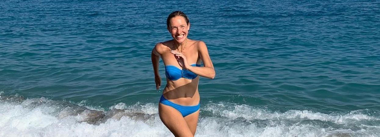 Катя Осадчая в голубом купальнике на пляже