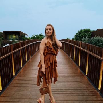 Олена Шоптенко на відпочинку в коричневому сарафані