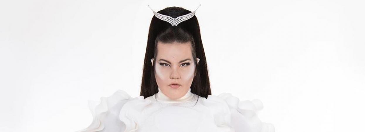 переможниця євробачення нетта у білому сценічному костюмі