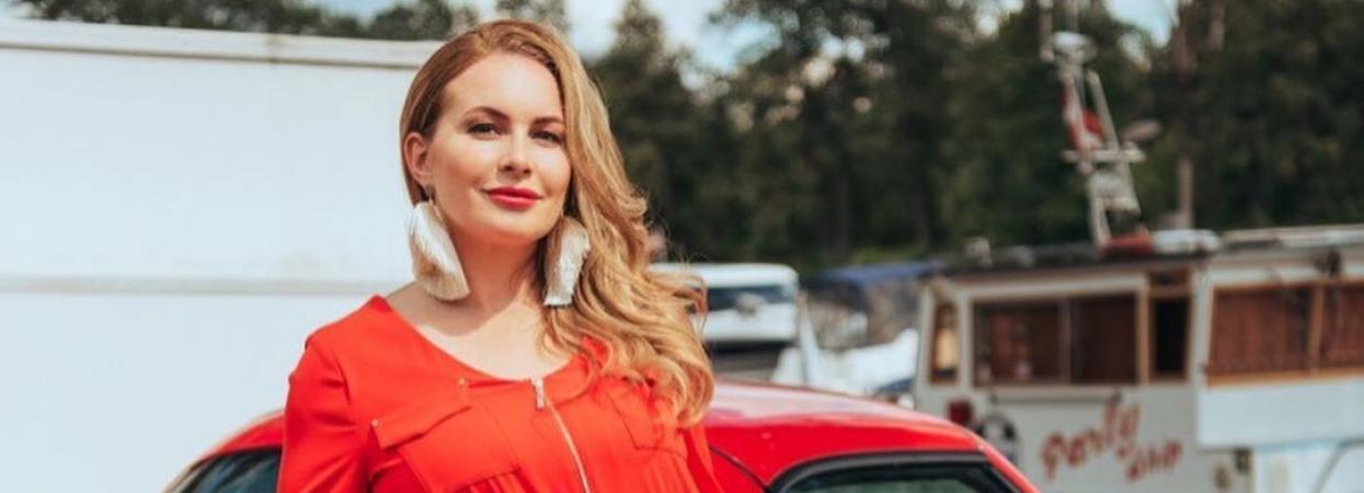 суддя шоу модель XL тетяна мацкевич у червоному комбінезоні