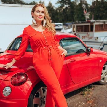 суддя шоу модель XL татьяна мацкевич в красном комбинезоне