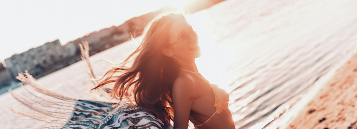 Дівчина в купальнику на пляжі