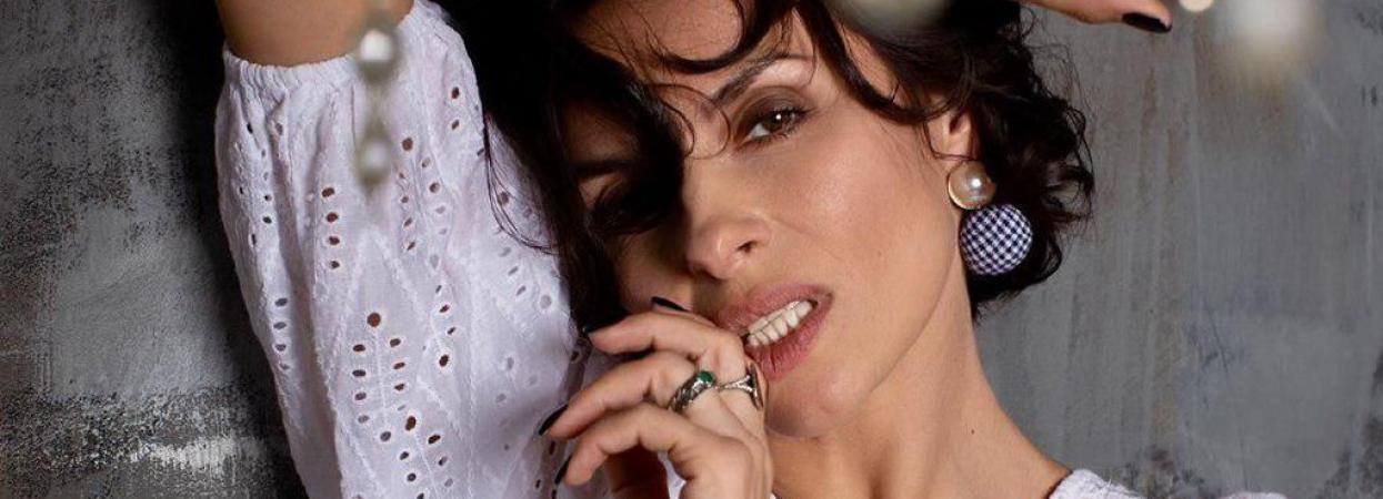 Надя Мейхер в сексуальной блузе