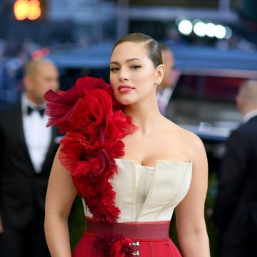 Эшли Грэм в платье-корсете