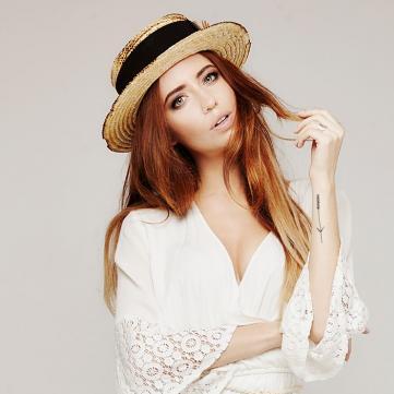 Надя Дорофеева в белом комбинезоне