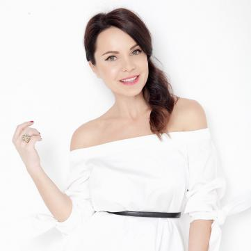 лилия подкопаева в белой блузе