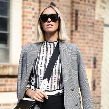 дівчина в модному вбранні та окулярах