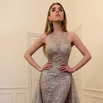 Ассоль у блискучій сукні