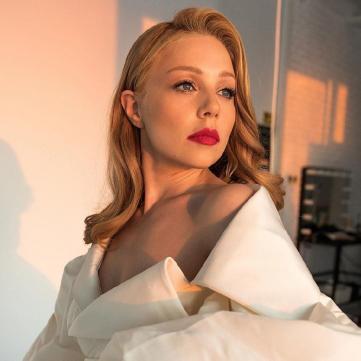 Белый ангел: Тина Кароль в неординарном платье исполнила Гимн Украины (видео)