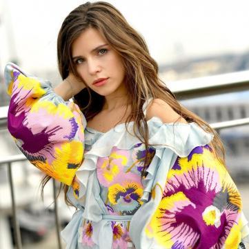 Кристина Соловий в платье-вышиванке