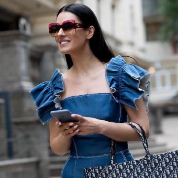 Маша Ефросинина в джинсовом комбинезоне