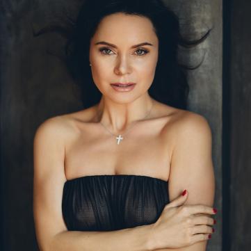 Лілія Подкопаєва у чорній сукні (фотосесія)