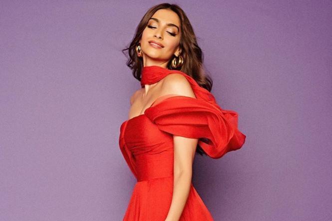 Індійська акторка Сонам Капур у червоній сукні.