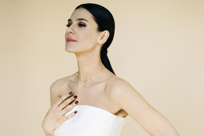 Маша Єфросиніна в білій сукні
