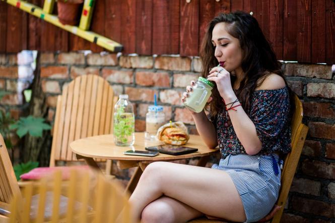 дівчина їість і п'є