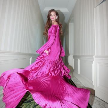 олександра кучеренко у сукні кольору фуксія для фотосесії Андре Тана