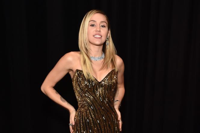 майлі сайрус у золотій сукні