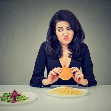 Девушка с сэндвичем